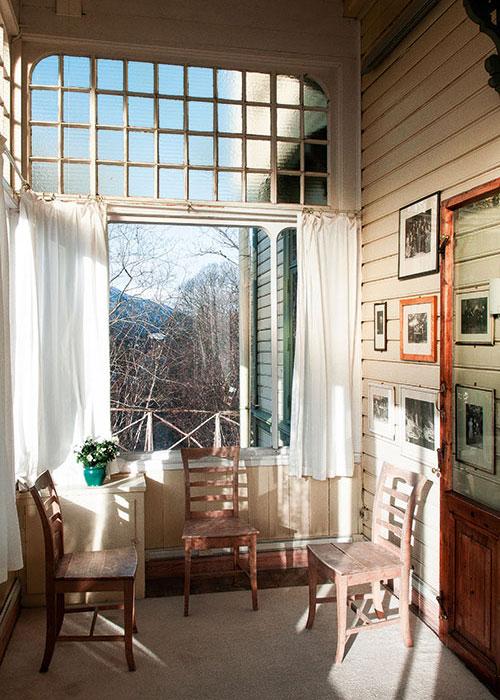 """""""Ma meilleure œuvre jusqu'ici"""" : c'est ainsi qu'Edvard Grieg qualifia sa maison de Troldhaugen où il s'installa avec sa femme en 1885. Au sein  de sa propriété, il se fit construire un petit chalet posé au bord d'un lac pour composer au calme ses musiques inspirées du folklore norvégien."""