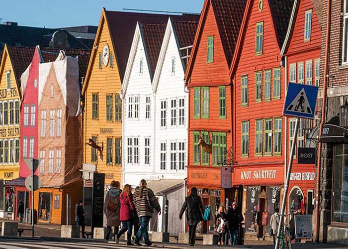 Avec ses anciens entrepôts et ses maisons de bois à pignons charmantes et colorées, le quartier de Bryggen constitue l'attraction touristique principale de Bergen.