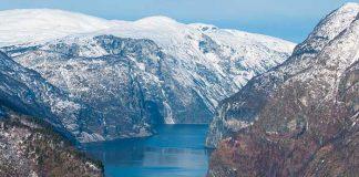 Classé à l'Unesco, le Naeroyfjord prête ses eaux sombres et glacées pour des croisières à couper le souffle entre les montagnes abruptes tombant en à-pic dans la mer.