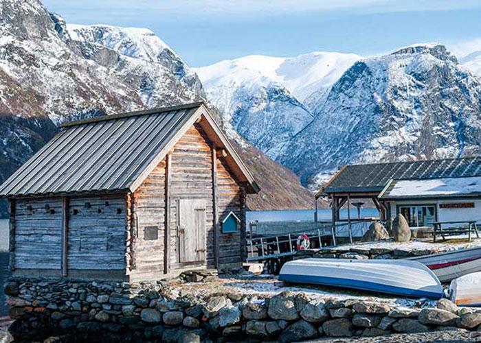 Parsemant le fjord, des fermes isolées et des cabanons de pêcheurs.