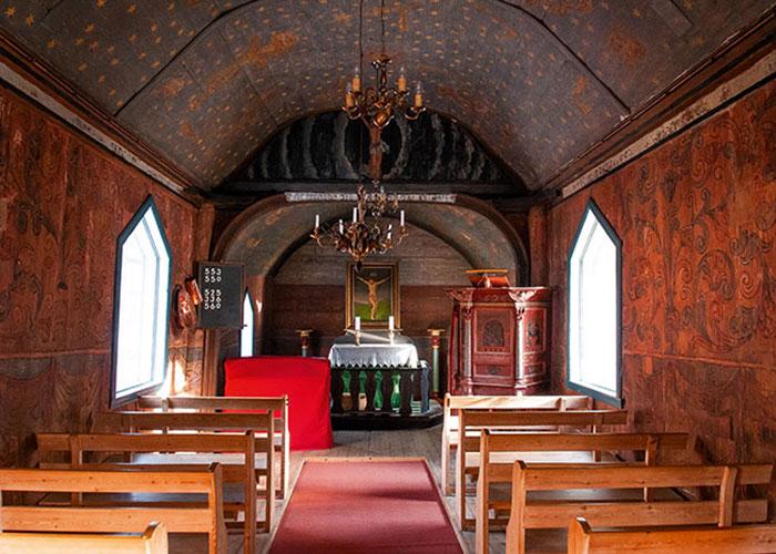 Remontant au XIIe siècle et joliment décorée de scènes bibliques, la stavkirke d'Undredal est la dernière église en bois debout en activité de Norvège.