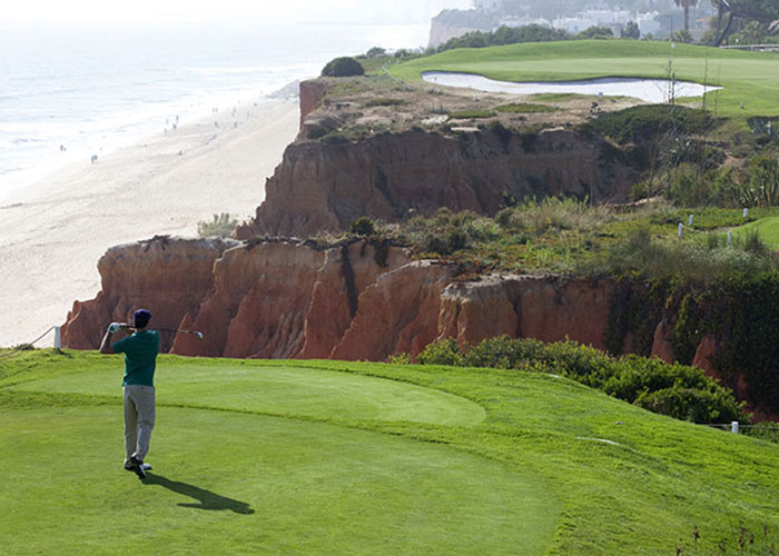 Au Club Med Da Balaia, les greens se dessinent entre les falaises rouges de l'Algarve et le bleu de l'océan. © Club Med