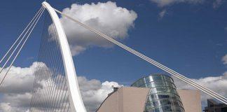 Dublin – La capitale irlandaise s'est doté en 2010 d'un Convention Centre dessiné par l'architecte irlando-américain, et prix Pritzker, Kevin Roche. Remarquable à son immense atrium de verre offrant des vues sur la Liffey qui coule à ses pieds, le lieu dialogue avec le pont Samuel Beckett dessiné par Santiago Calatrava. © Tourisme Irlandais