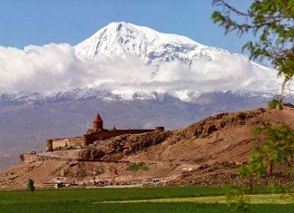 On ne sait pourquoi. Sa rondeur peut-être ? Ou ses neiges éternelles ? L'Ararat, pourtant situé en Turquie, domine à 5 165 m d'altitude la terre d'Arménie, avec un je-ne-sais-quoi de bienveillant. Peut-être le souvenir d'un certain Noé, qui y échoua son arche un jour de déluge, y est-il pour quelque chose.