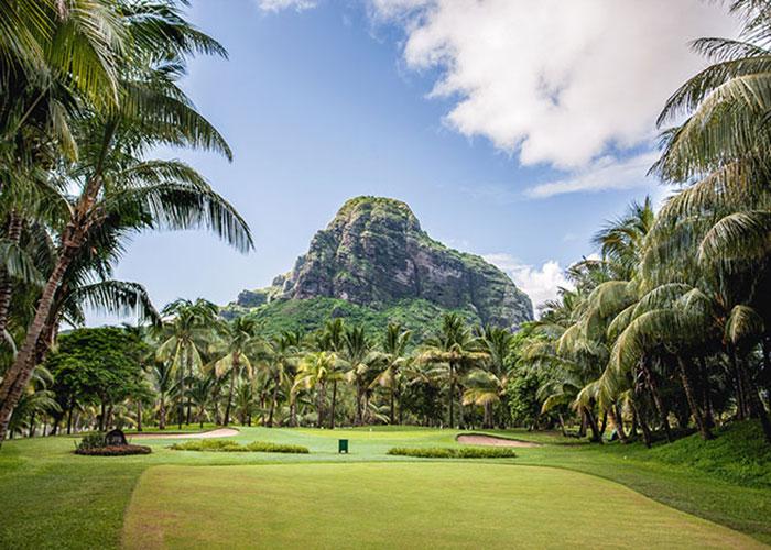 Le golf s'accorde avec des paysages enchanteurs, par exemple à Maurice où la silhouette du Morne Brabant domine les fairways du Paradis Beachcomber.