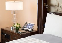 Chic, mais efficace : le Peninsula Paris propose à ses clients une tablette inter-active ergonomique utilisant une technologie développée en interne par le groupe de luxe. © Peninsula hotels
