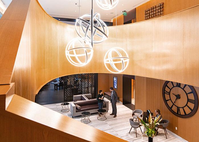 Récemment ouvert à deux pas du Financial District et du célèbre Pike Place Market, l'hôtel Charter, membre de la Curio Collection de Hilton, propose un cadre élégant, doublé d'une forte personnalité.