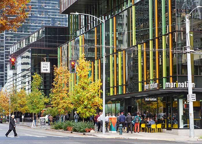 Au pied de la Doppler Tower, le siège d'Amazon, une multitude de cafés et restaurants accueillent les employés affairés du géant mondial du e-commerce.