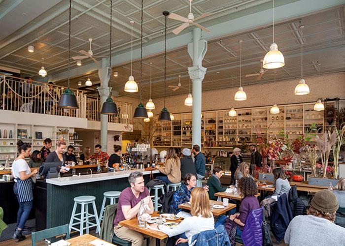 Restaurant et concept store, le London Plane accueille une clientèle d'habitués dans un cadre décontracté.