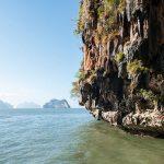 Un instantané enchanteur sur l'œuvre du temps : au large de Phuket, des millions d'années d'érosion ont composé la baie de Phang Nga, sculptant le plateau calcaire en autant de pitons ébouriffés, creusant ça et là des grottes et des tunnels, formant de petits lagons aux eaux cristallines.