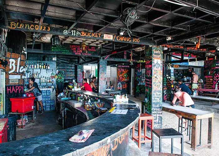 Tous les soirs, sur l'île de Koh Phi Phi, les bars de plage de Loh Dalum comme le Blanco Beach organisent des beach parties enfièvrées pour la jeunesse du monde entier.