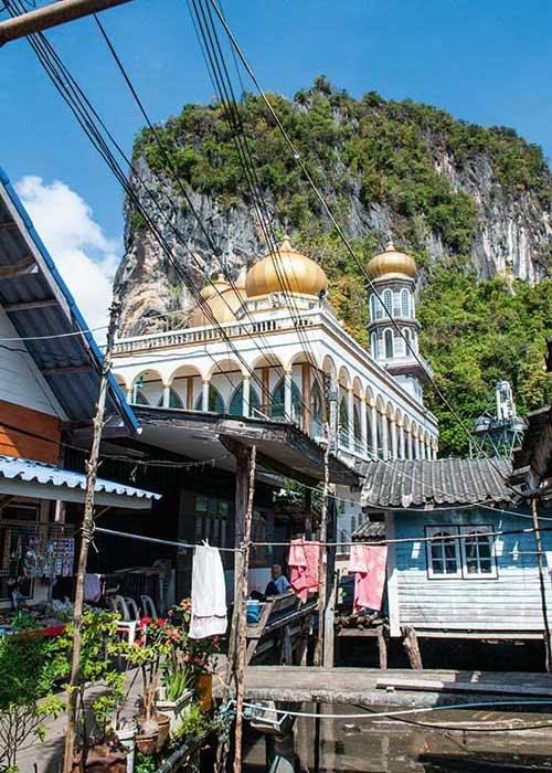 Des pêcheurs venus d'Indonésie ont fondé un petit village sur pilotis plein de charme, Ko Panyi.