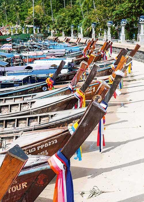 Sur l'île de Koh Phi Phi, les bateaux à longue queue attendent les touristes pour des excursions autour de l'archipel.