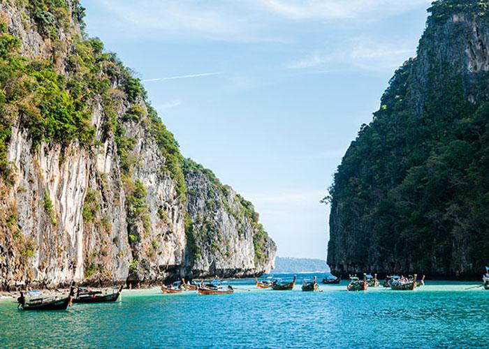 Le film La Plage a popularisé à outrance la beauté naturelle de Phi Phi Ley. Si l'accès à Maya Beach fait l'objet de restrictions en raison de la foule qui s'y presse, le lagon de Pileh offre en alternative ses eaux cristallines pour des parties de snorkelling.