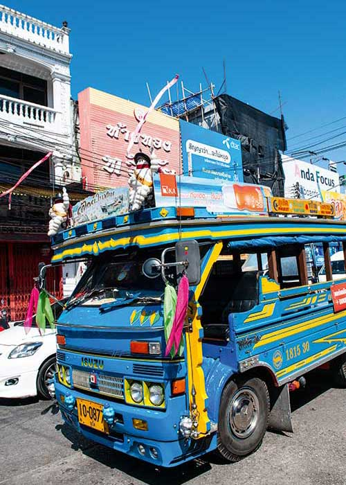 Bus bariolés, tuk tuks, scooters à foison : Phuket n'échappe pas à la règle de conduite en Asie du Sud-Est.