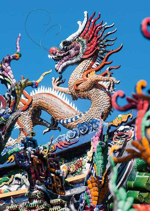 Temples chinois, monastères refermant d'immenses statues de Bouddha : l'île de Phuket recèle une multitude de sanctuaires flamboyants de couleurs.
