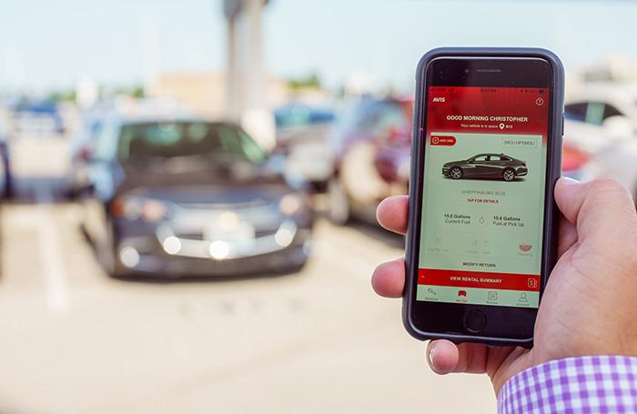 Réserver une voiture depuis un smartphone et changer de modèle selon l'envie, récupérer le véhicule sans attendre au comptoir : avec sa nouvelle application, Avis simplifie tout le processus de location.