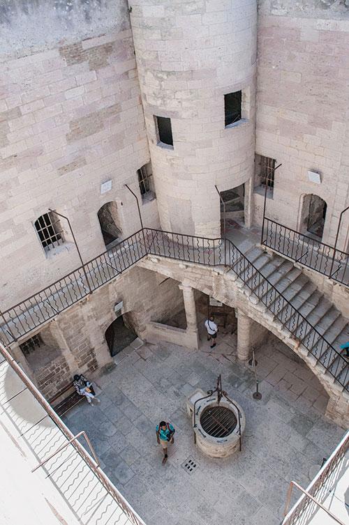 Le château d'If ou la force du roman. Edmond Dantès, Le Comte de Monte-Cristo… Plus que celles des opposants réellement détenus dans ses murs, l'âme du personnage d'Alexandre Dumas habite le lieu.