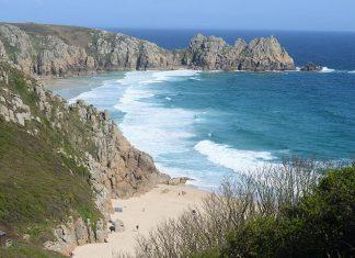 Sa côté accidentée ponctuée de plages sauvages et le charme de ses petits ports accueillants ont fait des Cornouailles une destination touristique appréciée de longue date outre-Manche, notamment par Virginia Woolf et Agatha Christie.