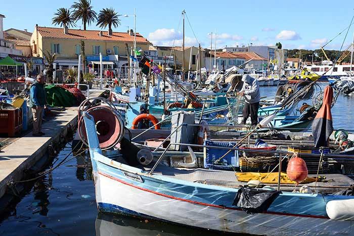 """Lieu d'embarcation vers l'île des Embiez, le petit port du Brusc conserve l'art de vivre des villages de pêcheurs avec ses bateaux et ses """"pointus"""", barques typiques de la Méditerranée."""