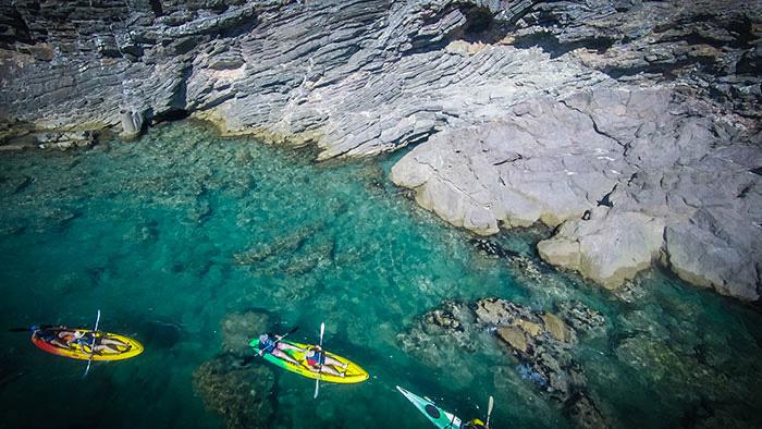 À Sète, Events Med organise des circuits en kayak de mer dans les criques et les grottes marines de la corniche. © EventsMed