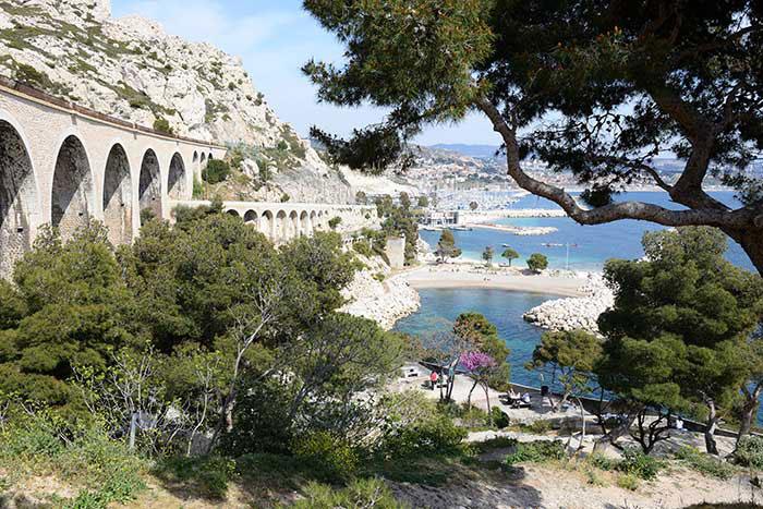 Impressionnistes, fauvistes, puis cubistes se sont succédé à l'Estaque pour profiter de sa luminosité méditerranéenne. Les Cézanne, Renoir, Dufy… Surplombé par le viaduc de Corbière – peint par Braque –, ce quartier de Marseille inspire aujourd'hui Robert Guédiguian, qui raconte à travers ses films son âme populaire.