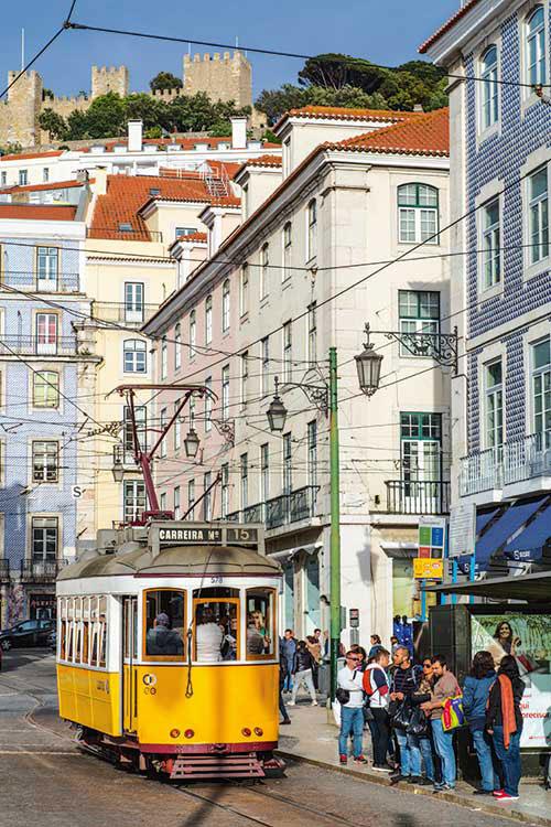 Des tramways vintage bringuebalent dans les rues escarpées de Lisbonne. Un moyen de transport privatisable pour découvrir la ville, assorti d'une dégustation de Porto.