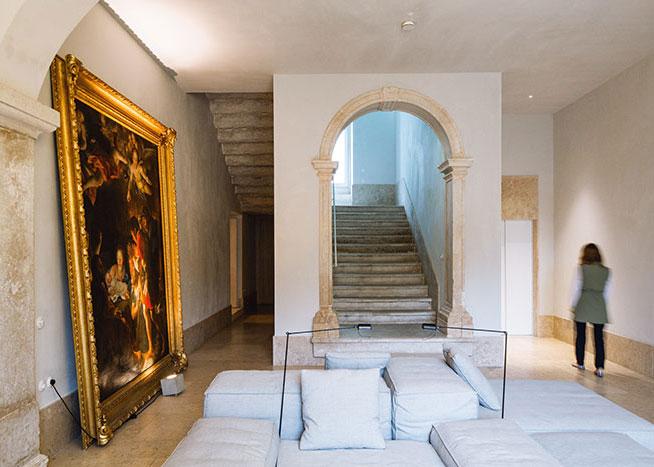 Hors du monde, mais bien dans son temps, le Santa Clara 1728 habille ses murs historiques d'une exquise pureté.
