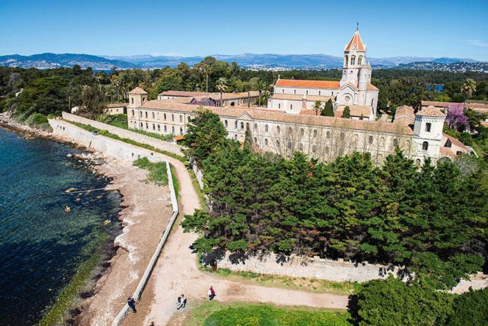 Si loin, si proche de Cannes et de son agitation. À quelques encablures de la Croisette, Saint-Honorat invite au calme et au silence, dans la tradition cistercienne du monastère installé sur l'île depuis le milieu du XIXe siècle.