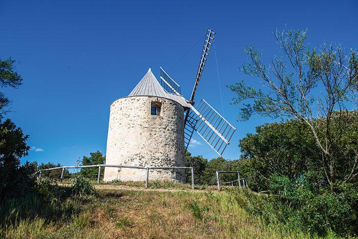 Sur l'île de Porquerolles, le moulin du bonheur a le charme de tous les moulins provençaux.