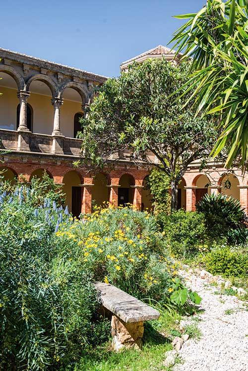 La vocation religieuse de Saint--Honorat remonte au Ve siècle, époque où l'ermite à qui l'île doit son nom fonda sur ce caillou au large de Cannes le premier monastère de Lérins.