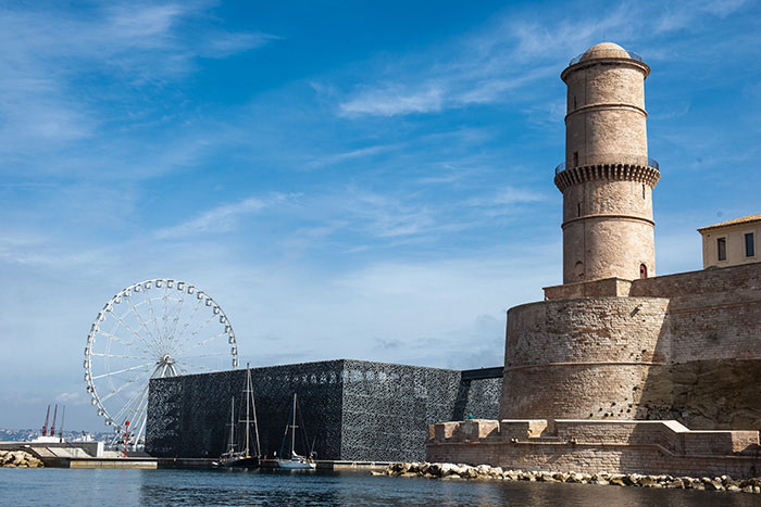 Posé au bout du Vieux-Port, le Mucem a redessiné le futur de Marseille, manifeste culturel et architectural du renouveau de la ville.