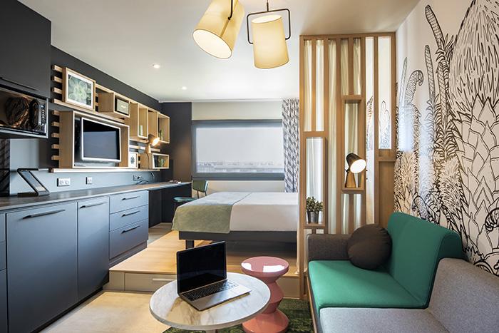 Adagio teste un nouveau concept de chambres avec un aménagement repensé pour un gain de place et, surtout, un vrai accent high-tech. L'assisant vocal Zac pourrait à l'avenir commander la domotique intégrée à la chambre, …