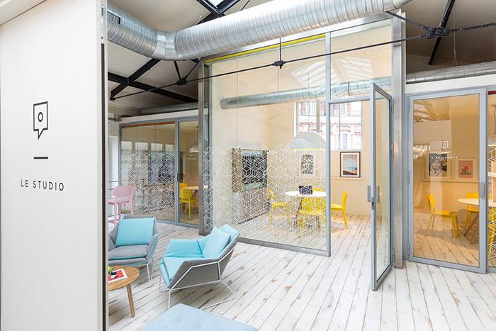 Pour son deuxième espace parisien, situé boulevard Voltaire, Deskopolitan multiplie les services avec un restaurant bistronomique, un barber shop, une crèche, une salle de de fitness et même une résidence hôtelière.