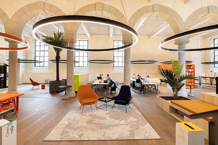 Installé dans l'Hôtel-Dieu de Lyon récemment réhabilité, Wojo conjugue un cadre historique avec la nouvelle façon d'envisager l'immobilier de bureaux au XXIe siècle. © Wojo