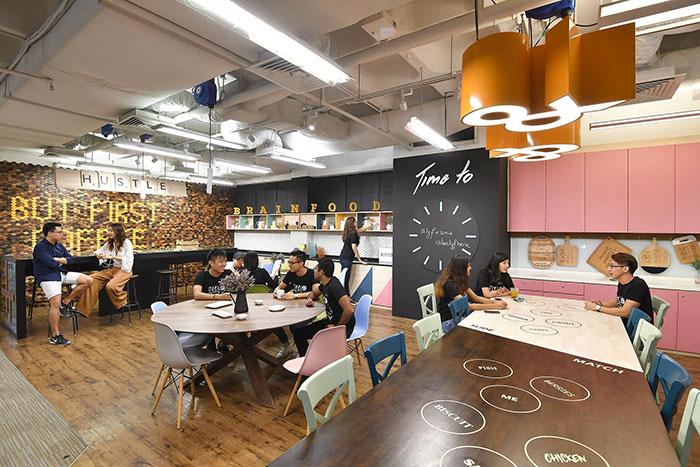 Avec des espaces communs qui donnent aux voyageurs d'affaires des raisons de ne pas rester seuls dans leur appartement, Lyf, nouvelle marque du groupe Ascott, répond aux nouvelles attentes des millenials. © Lyf