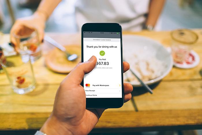 Paiement mobile au restaurant avec le portefeuille digital Mastercard,…