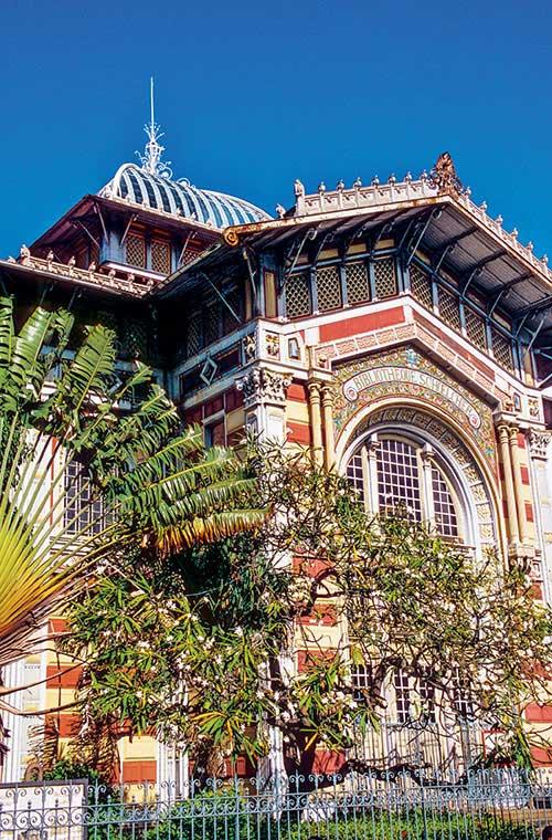 Bordant le parc de la Savane, la bibliothèque Victor Schoelcher s'élevait près du jardin des Tuileries lors de l'exposition universelle de Paris de 1889, avant d'être transportée pièce par pièce par bateau à Fort-de-France.