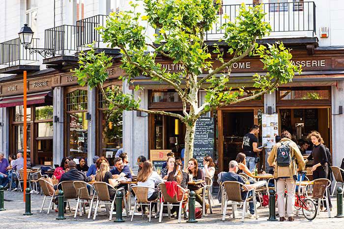 Attirer de nouveaux résidents, révéler son potentiel culturel et loisirs : petit à petit, le quartier européen s'ouvre à la vie. Parmi ses hauts lieux de rendez-vous, la brasserie Ultime Atome, au décor Art Nouveau.
