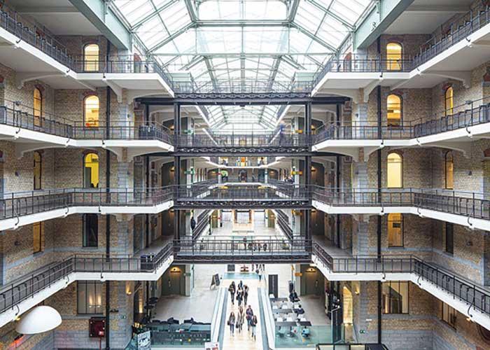 Immobilier à haute performance énergétique, économie circulaire pour soutenir l'emploi, marchés bio et fermes urbaines : la capitale belge multiplie les initiatives, soutenue notamment par Bruxelles Environnement, administration créée en 1989 et hébergée sur le site Tour et Taxis. Dans un bâtiment éco-conçu, naturellement.