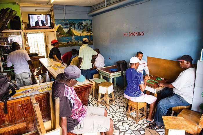 Autour du marché de Castries, aux étals débordants de fruits et légumes exotiques, les nombreux bistrots accueillent sans façon les joueurs de domino, passe-temps populaire dans toutes les Antilles.