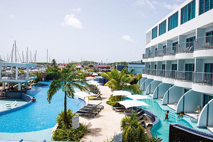 À Sainte-Lucie, l'Harbor Club inscrit son architecture épurée dans la baie de Rodney.