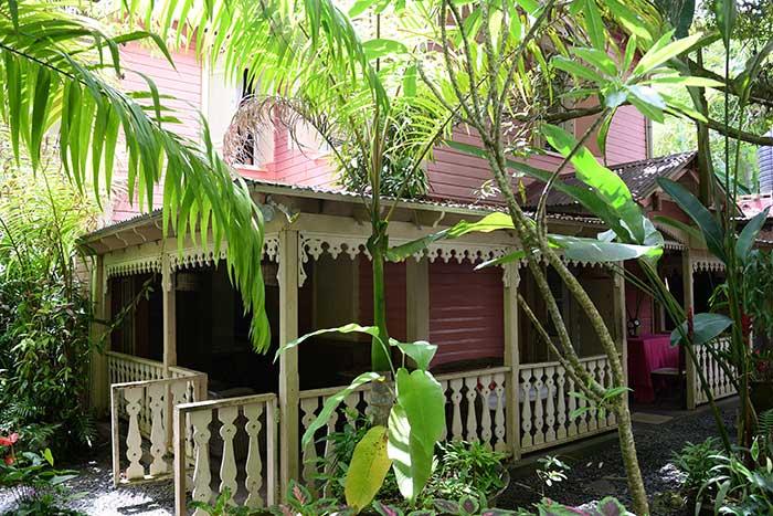 Cette maison coloniale de style français hébergeait les notables de Sainte-Lucie. Depuis, c'est un restaurant-maison d'hôtes au charme fou, la Pink Plantation.