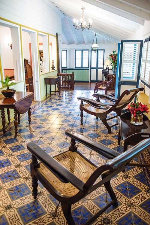 Art de vivre tropical, architecture traditionnelle, mobilier d'époque : l'habitation Clément évoque les riches heures des maisons créoles.