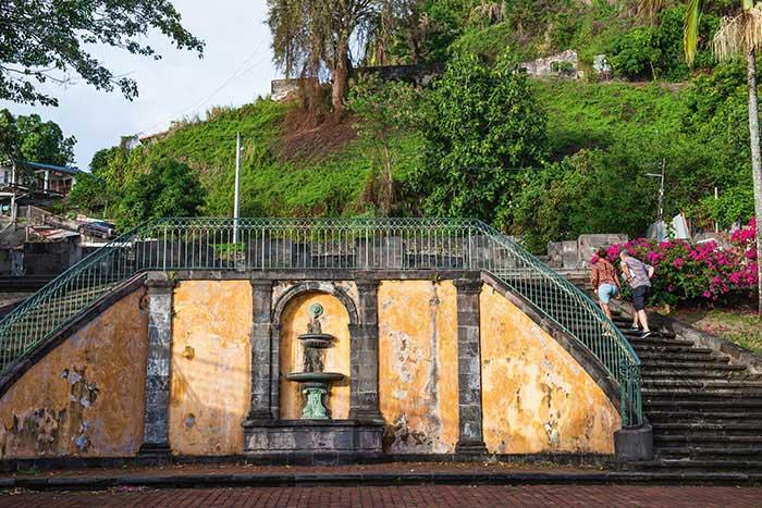 """Du petit """"Paris des Antilles"""" à Pompéi sous les Tropiques : alors florissante, Saint-Pierre a été ensevelie sous la nuée ardente de la montagne Pelée. C'était le 8 mai 1902. Depuis, il ne reste que le souvenir de ses maisons en pierre de taille, de ses fontaines et de ses lieux de plaisir. Ici, les escaliers du théâtre."""