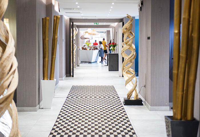 Design contemporain et situation privilégiée pour l'Hôtel Simon, donnant sur la marina de Fort-de-France.