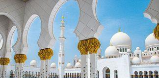 L'architecture en guise de porte-parole. En matière de promotion touristique, l'émirat peut compter sur plusieurs bâtiments d'exception, comme ici la grande mosquée et ses volumes gigantesques, mais surtout le Louvre Abu Dhabi, dessiné par Jean Nouvel. Une incomparable réussite.