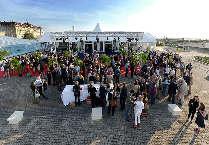"""Hôte du festival du film américain, le Centre International de Deauville prête son cadre glamour pour des événements corporate à deux pas des célèbres """"planches"""".© J. Basile"""