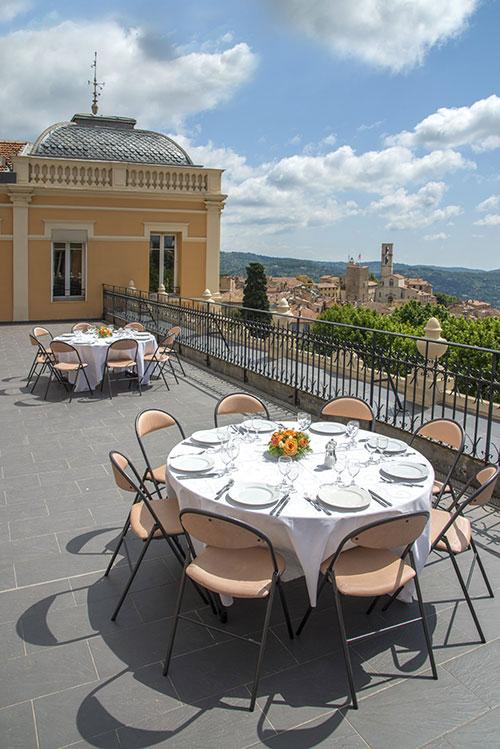 Avec son palais des congrès datant de la Belle Epoque, Grasse offre une remontée dans le temps avec le bleu de la Méditerranée en toile de fond.
