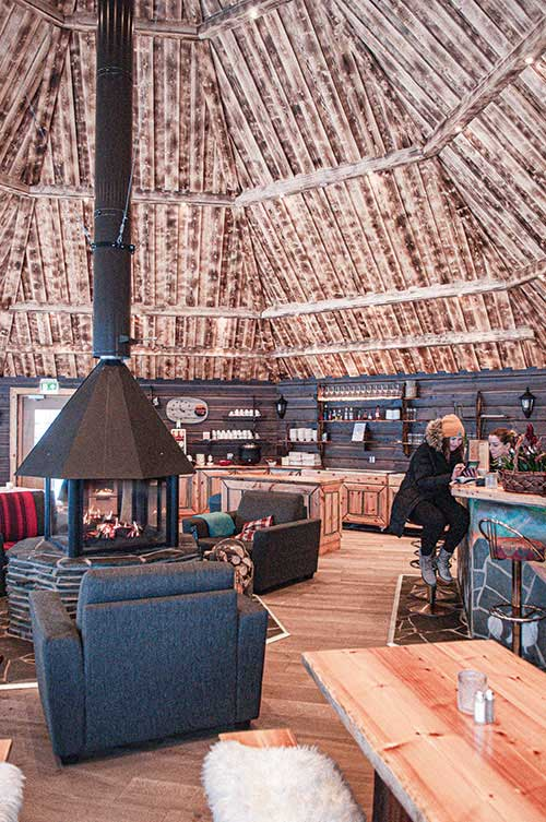 L'Aurora Village, un lounge chaleureux, mais surtout 25 cabines avec toit de verre donnant sur le ciel boréal.